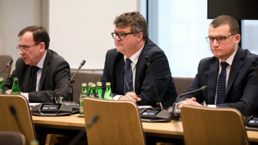 18 - 12 - 2019 - 2,5 tys. złotych dodatku za pozostanie w służbie i program rozwoju. Kamiński zdradza plany MSWiA (...)